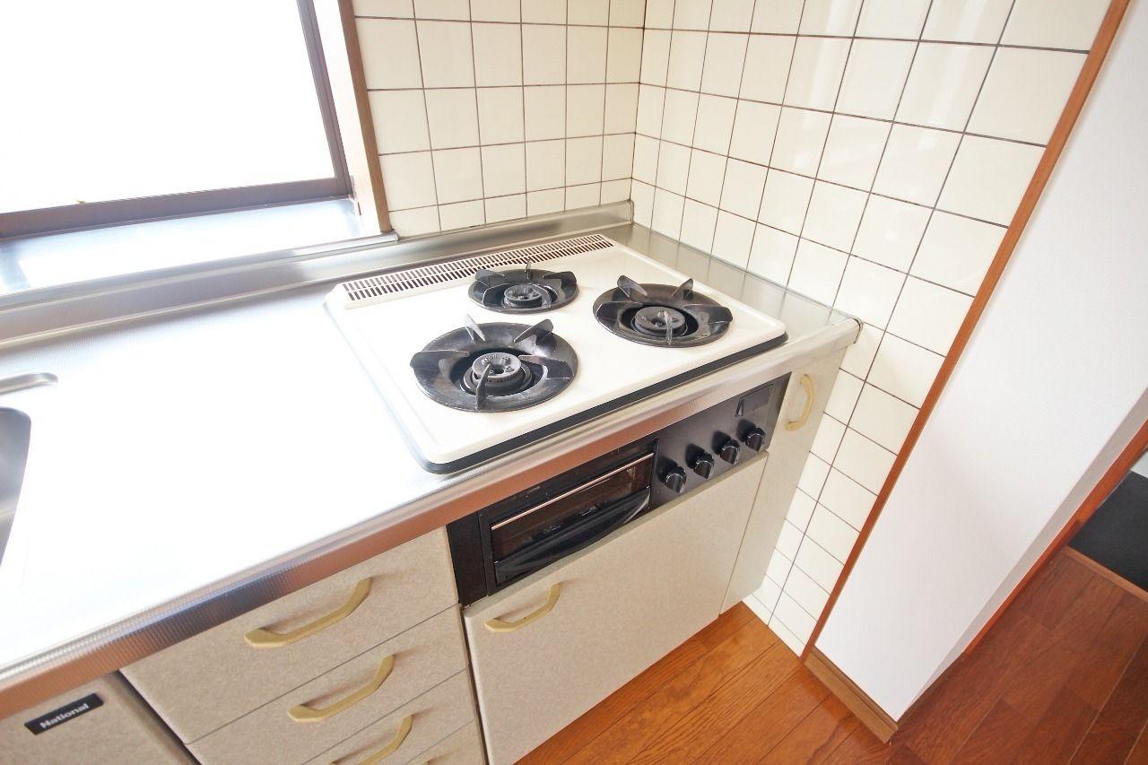 3口ガスコンロ付きのシステムキッチンです。ガスコンロを用意する必要が無く、余計な出費を抑えられます。