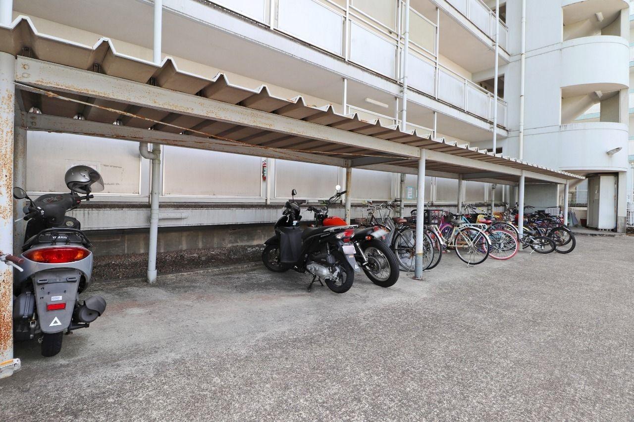 大量の自転車が保管可能な大きな駐輪場。子ども用から大人用まで、色々な自転車が置かれています。