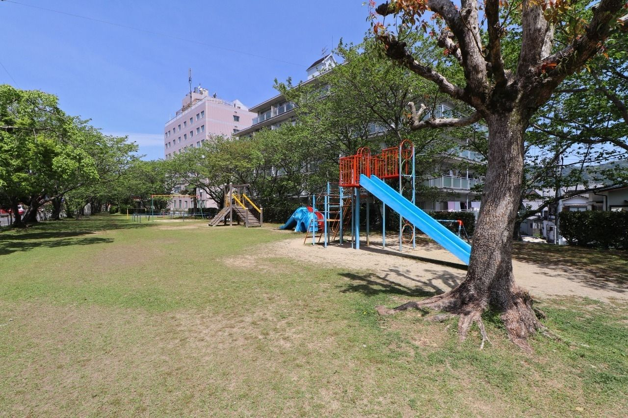 マンション目の前に公園。小さいお子様から、それなりに大きくなった子どもまで満足できるくらい大きな公園です。