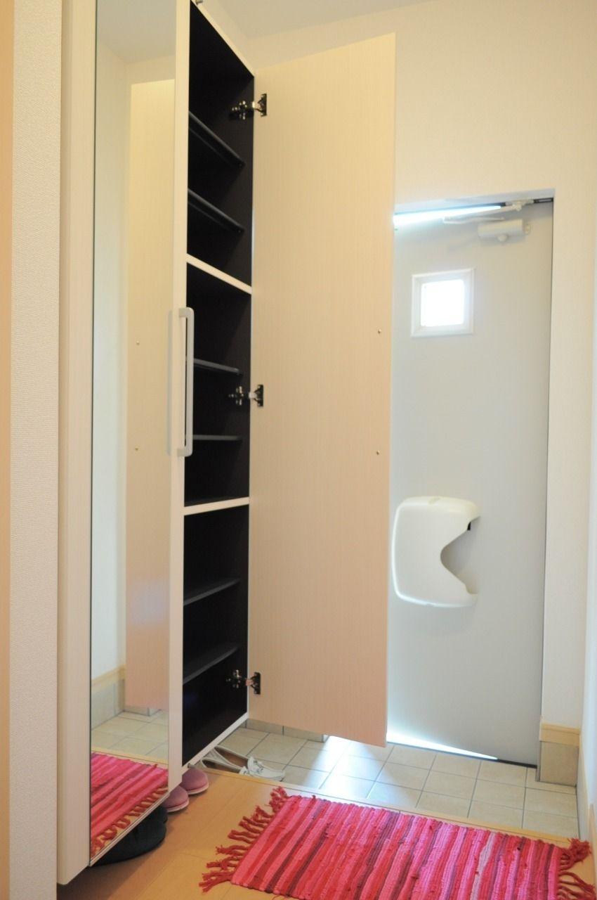 大容量のシューズボックスです。この設備1つで玄関のごちゃごちゃとはおさらば!姿見も付いています。