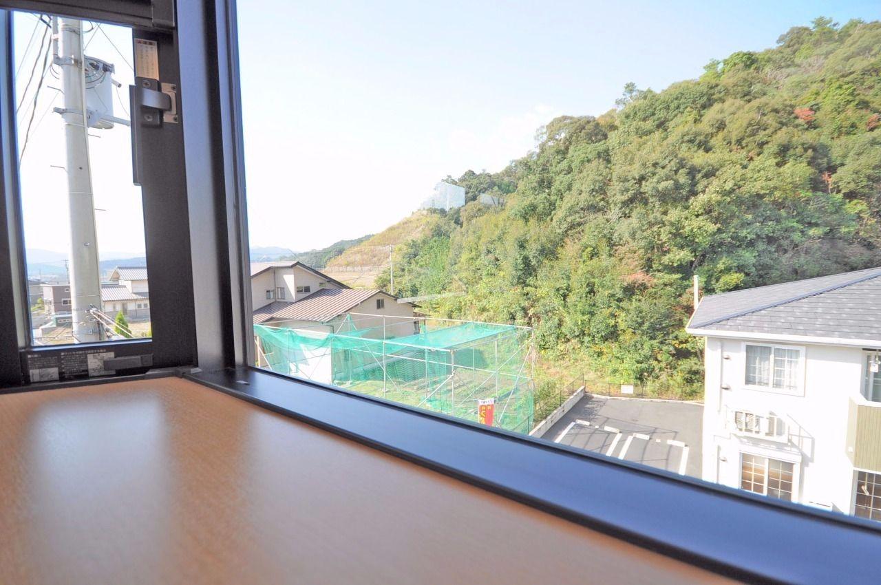 出窓なので、ここに小物を置いて、自分だけの空間を作ることができます。