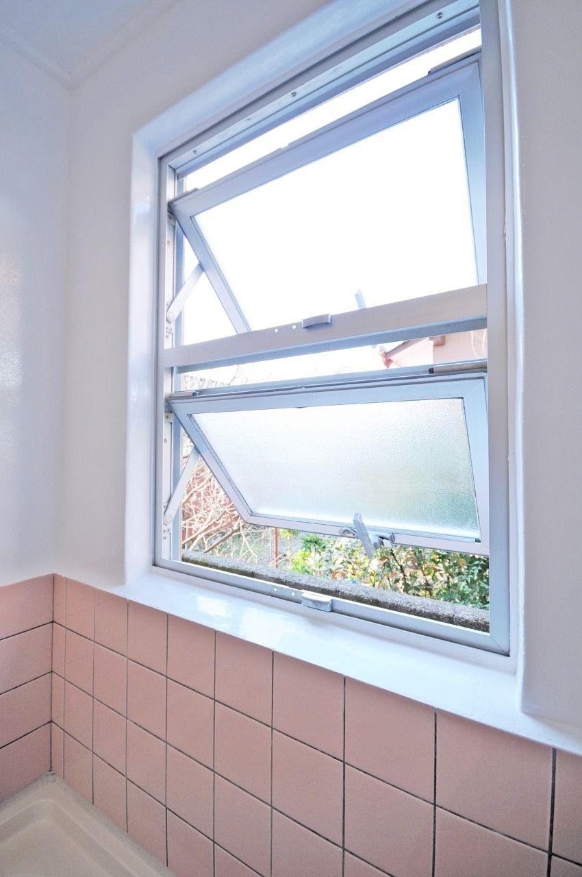 毎日使うお風呂は清潔に保ちたいものですよね。換気扇と浴室窓でガンガン換気してください。笑