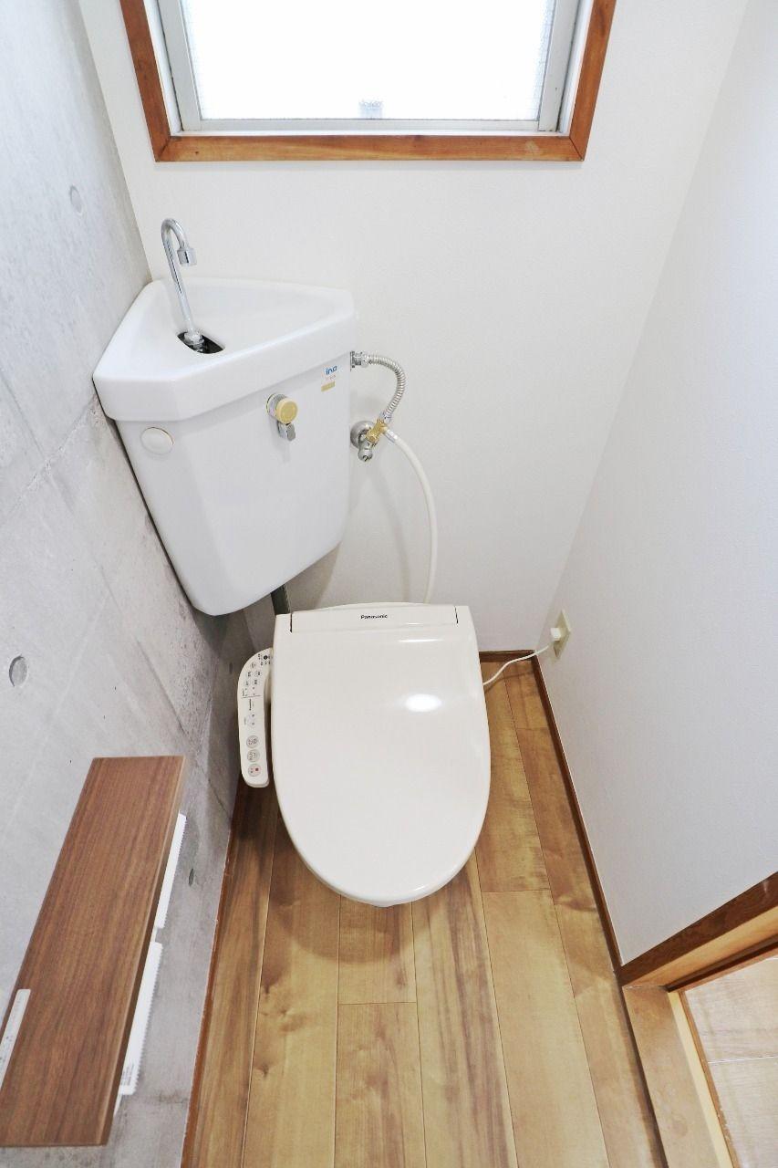 トイレはウォシュレットが付いています。そして、トイレットペーパーホルダーには棚があるので、携帯電話がトイレに落ちた…というのが防げますね!