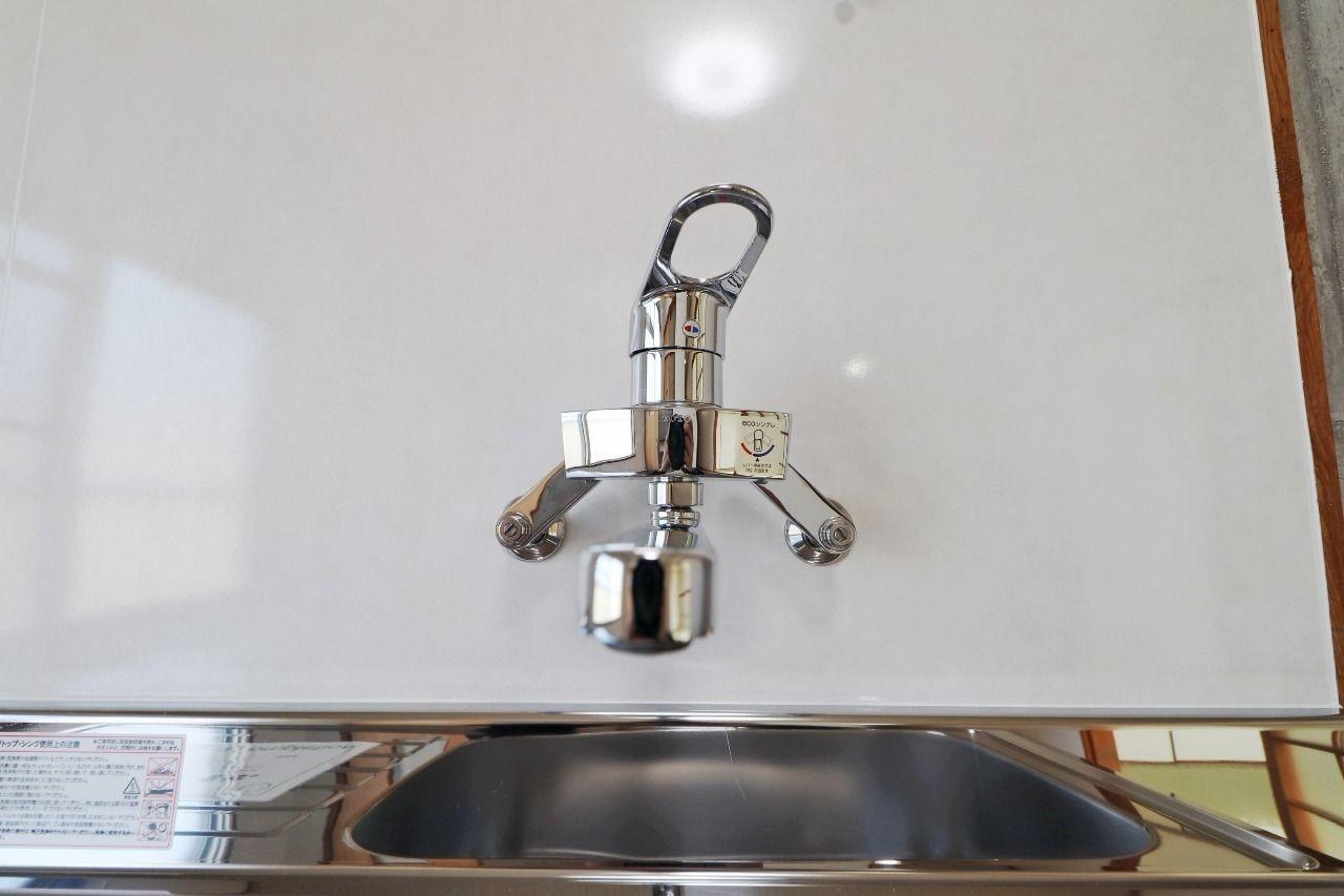 温度調節が簡単で、レバーの上げ下げで止水できるので、ハンドルをひねるタイプと比べると洗い物のスピードが段違いです。