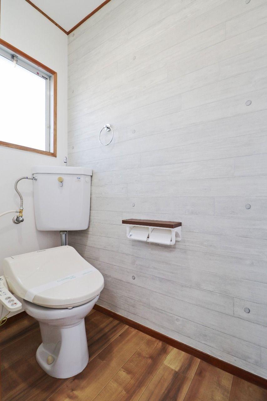 トイレはもちろんウォシュレット付き。トイレットペーパーホルダーには2ロールセット出来ますので余裕をもって使えます。