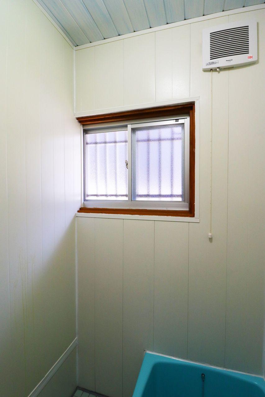 換気に便利な浴室の窓。入浴後は開けてカビ防止に役立てて下さい。