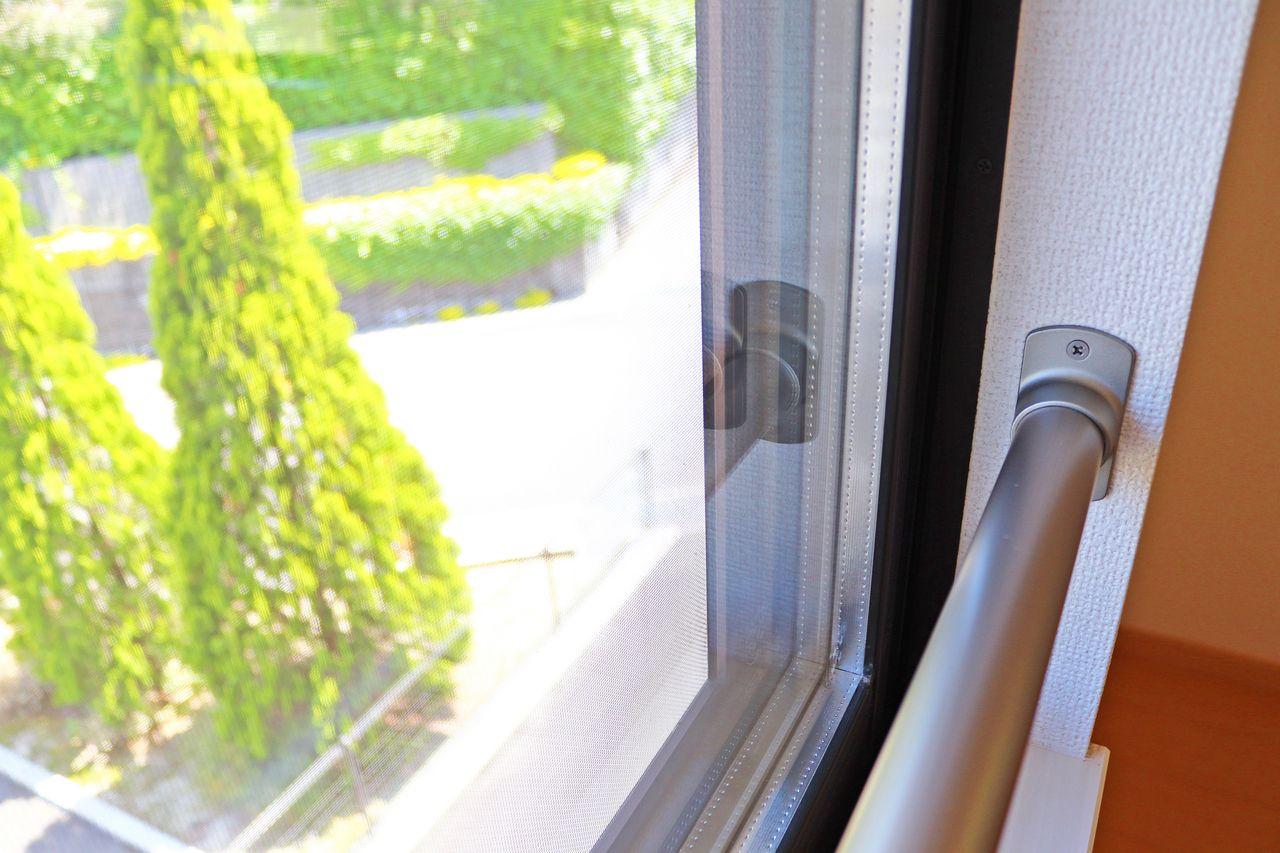 窓は複層構造のペアガラスになっています。エアコンの効きを良くしてくれるエコな窓です。