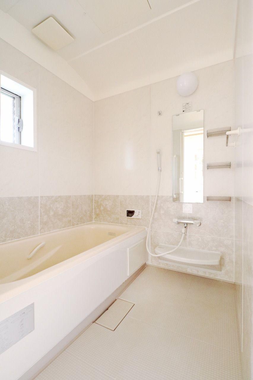 お風呂には窓もあるので、明るくてすごく気持ちいいです。そして、その明るさが綺麗なお風呂をより魅力的に見せてくれます。
