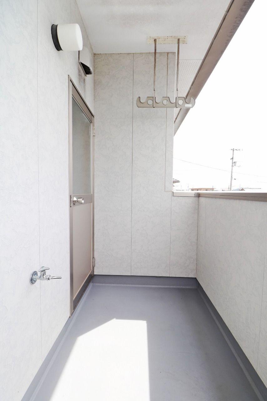 1階に洗濯物干し場があるのに、バルコニーまであるんかいっ!ほな、使わしてもらうわ!…どうぞどうぞ。笑