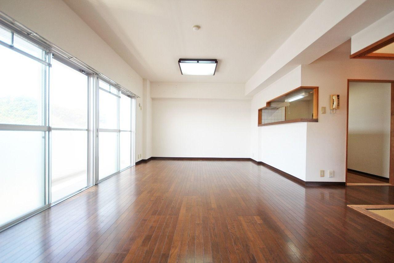 なんといっても広々としたLDKが自慢です。エルパレスの最上階ともなれば外の視線も気にならずカーテンも不要かも?笑