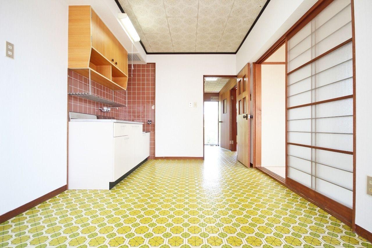 昭和を感じさせる、レトロな床のダイニングキッチン。この床があれば風情のあるお部屋が作り上げられるかもしれません。