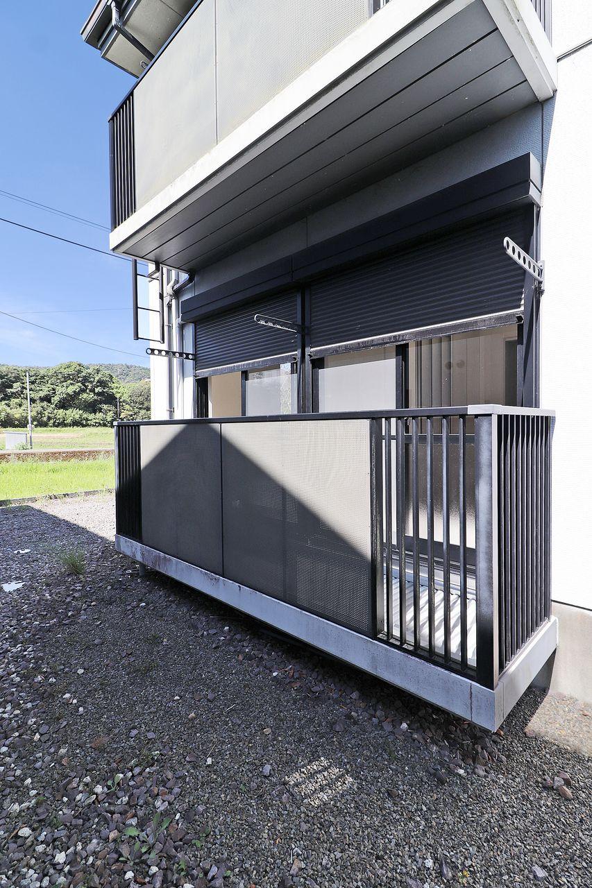 雨風を避け、プライバシーを守り、防寒・遮熱効果もあるシャッター雨戸。お家にも入居者にも優しい設備です。