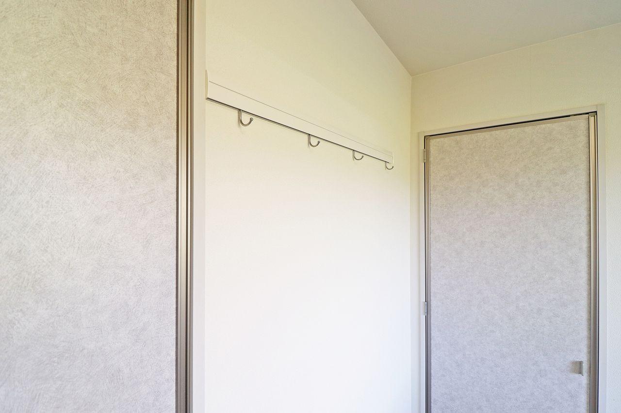 よく使うコートやシャツはここに掛けておくことができます。次の日の着替えなんかを掛けておくと便利ですね。