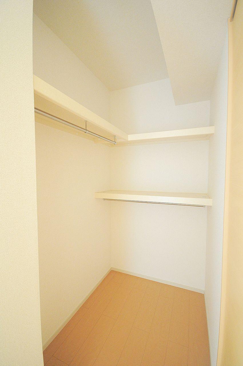 お洋服の収納もこのウォークインクローゼットがあれば心強い♪すっきりしたお部屋を保てそうです。