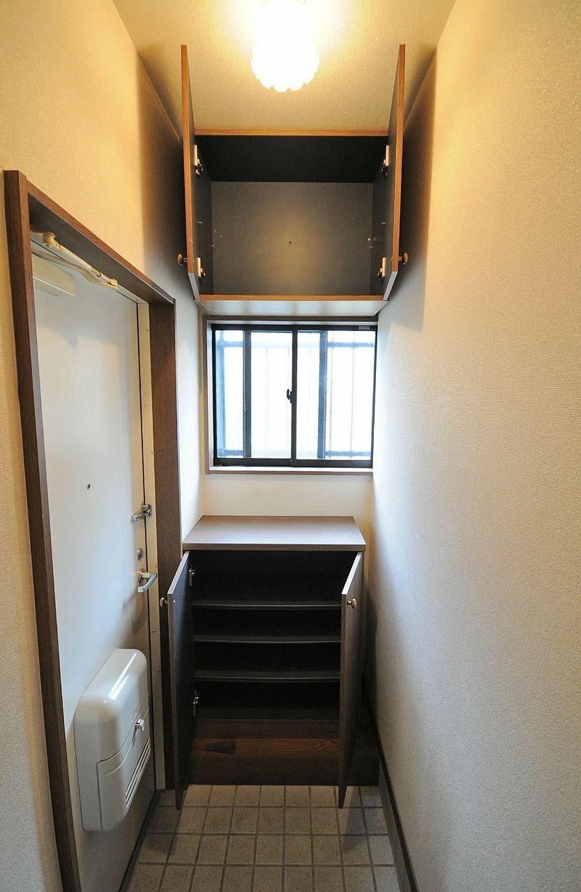 上下に分かれたシューズボックス。間には採光窓があるので、玄関をお洒落に演出します。