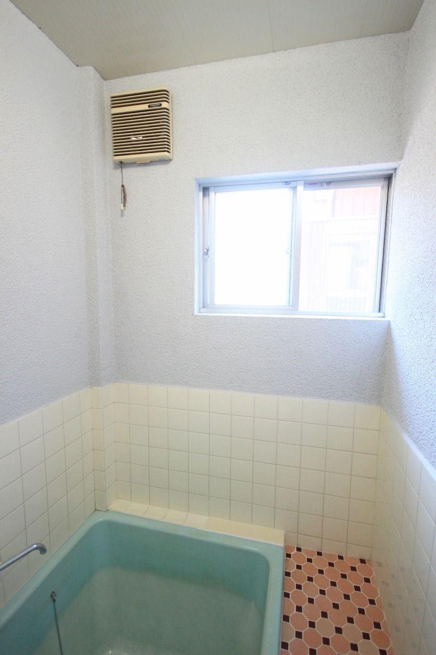 浴室窓があるのと無いのとでは、換気の力が抜群に違います。カビ対策にかなり良い仕事をしてくれるはずです。