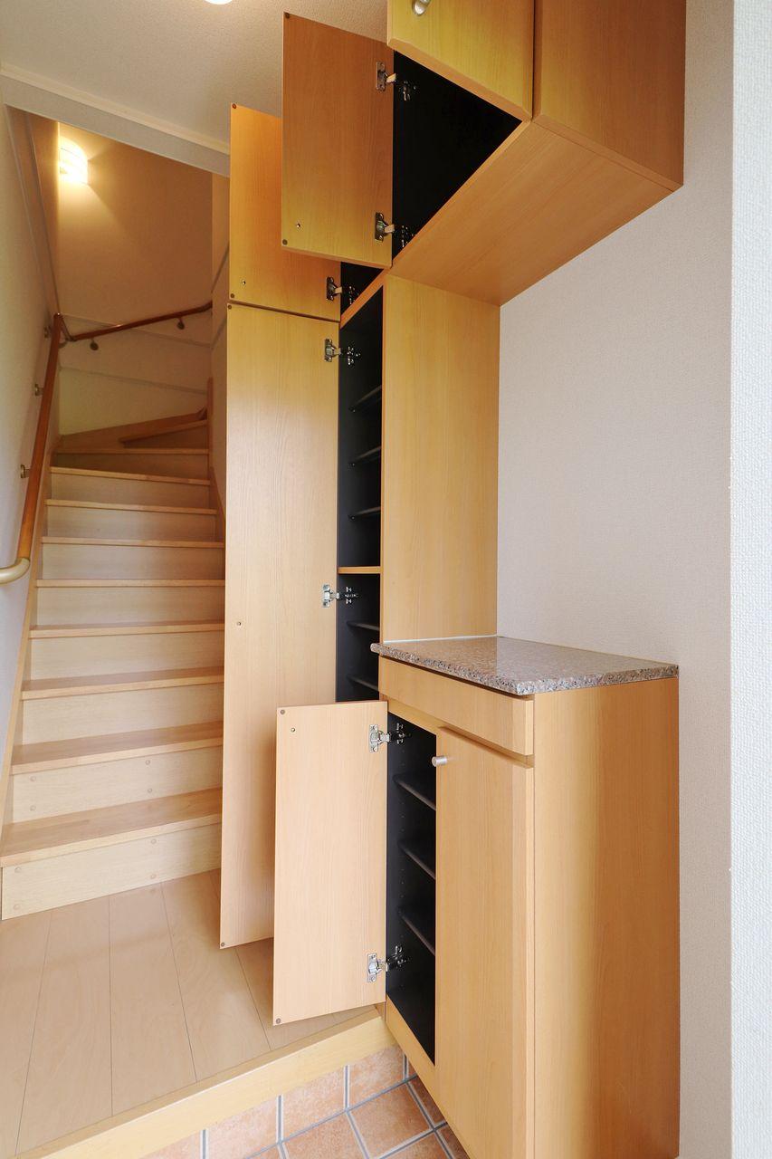 大容量シューズボックス付きです。手前の収納は鍵置き場なんかにするのもいいかもしれませんね。