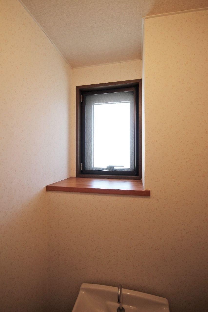 トイレには窓があります。換気ももちろんですが、窓の前に芳香剤を置いておくと風に乗って良い匂いが全体に回ります。