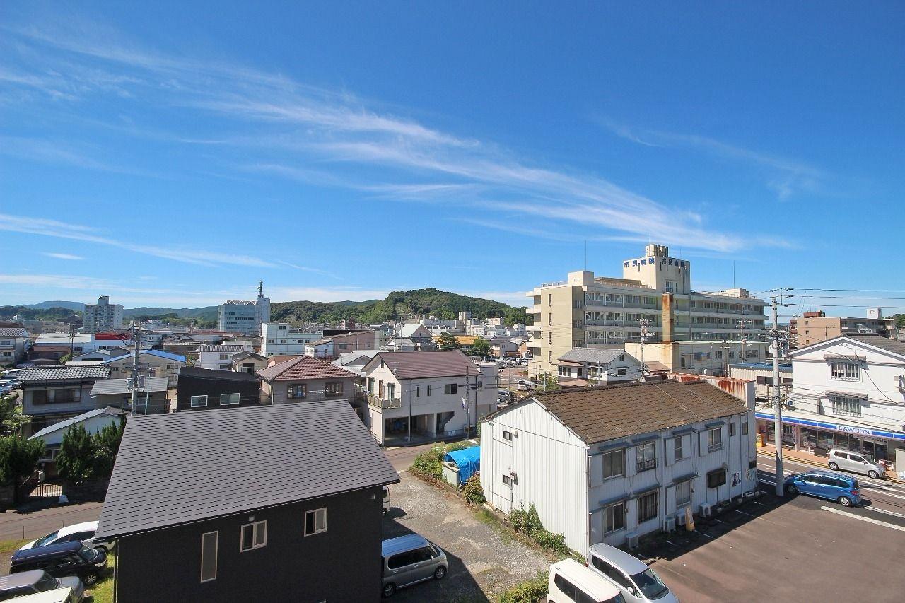 広~いバルコニーからはこの眺め!見えている施設では、グランヴィア中村を出て正面にはローソン、さらに市民病院まで100メートルもありません。