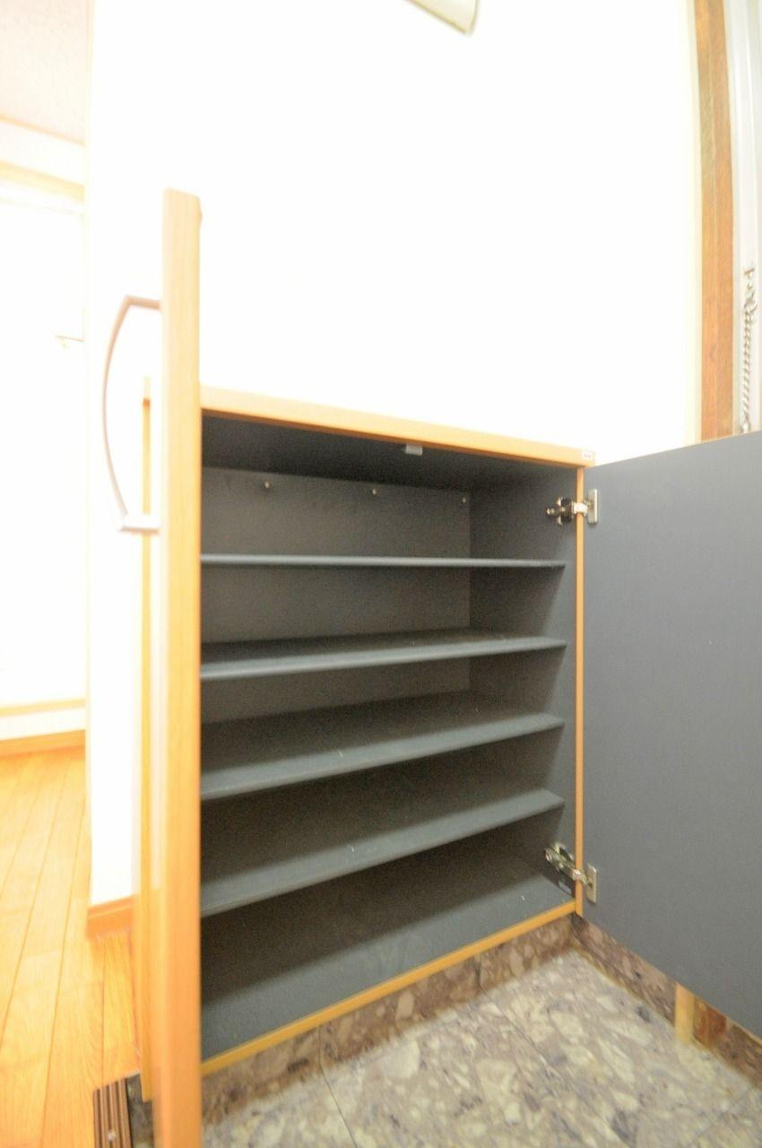 備え付けのシューズボックスがあります。きっちり収納することで玄関の混雑を回避しましょう!