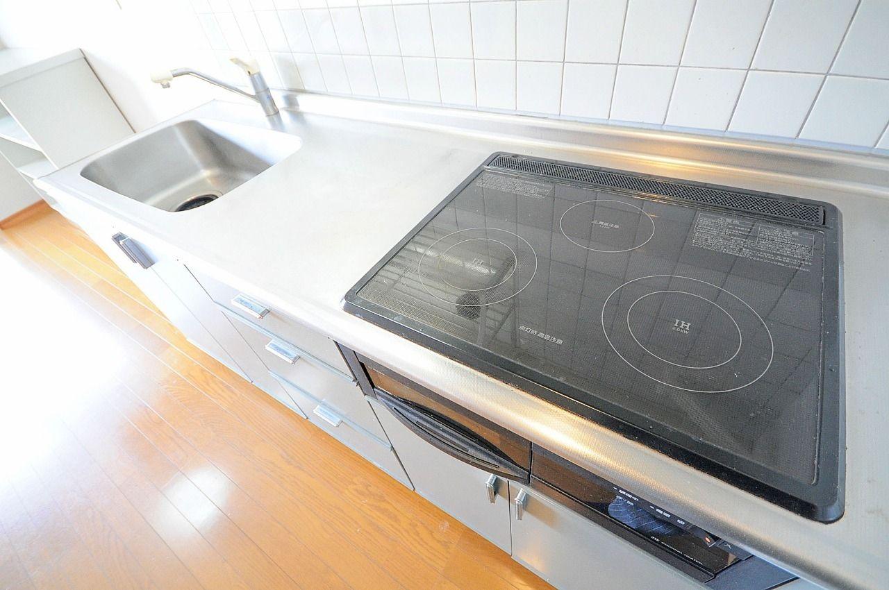 IHコンロのシステムキッチン。使い勝手がよく、手入れもしやすいキッチンです。