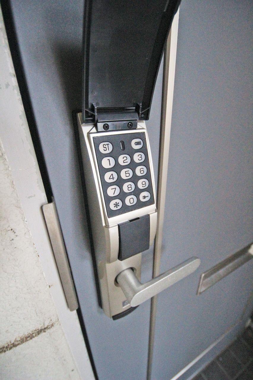 防犯性に優れた暗証番号式キーレスロックです。鍵を持ち歩く必要がないのも特徴の一つです。夜はバックライトが点滅するので打ち込み操作も安心です。