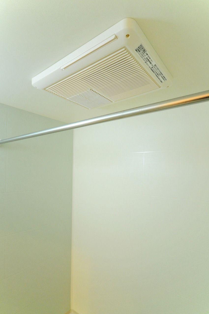 冬の時期には裸で寒い思いをしなくて済みますし、花粉や梅雨の時期は室内で洗濯物を乾かす事ができます。