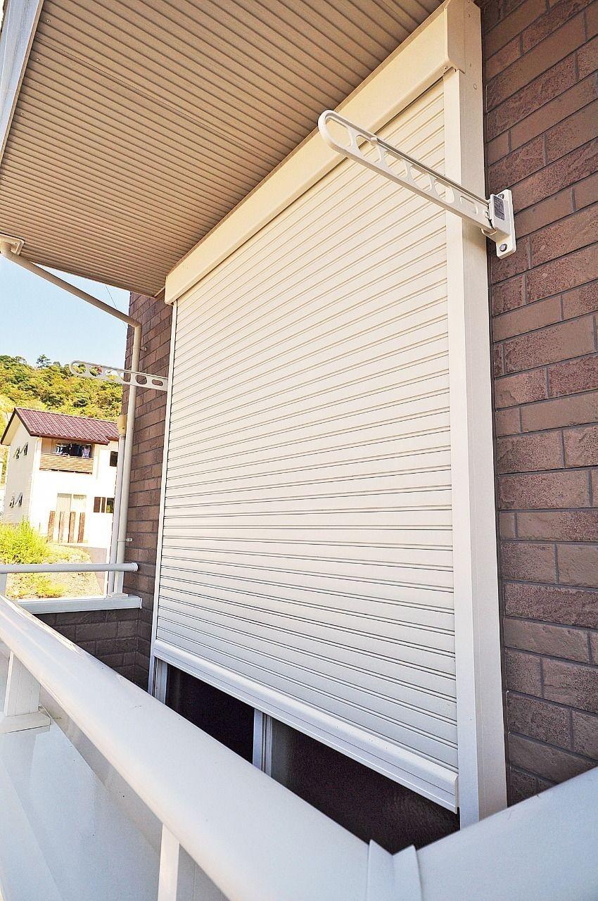シャッター雨戸というと、強風時の窓ガラスの保護というイメージがありますが、防音効果、夏場の遮熱効果というメリットもあります。