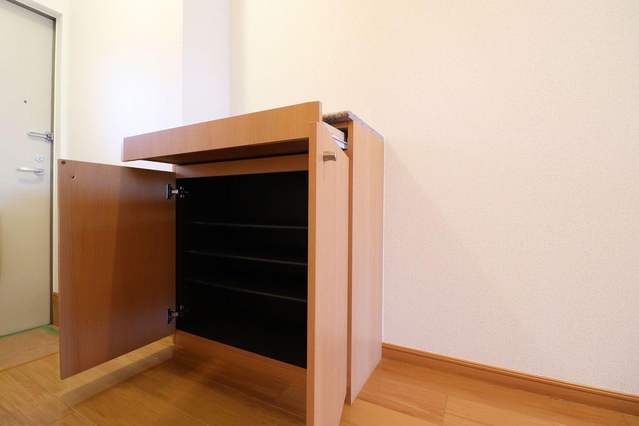 引き出し付きのシューズボックス。小物なども収納できて便利に使えます。