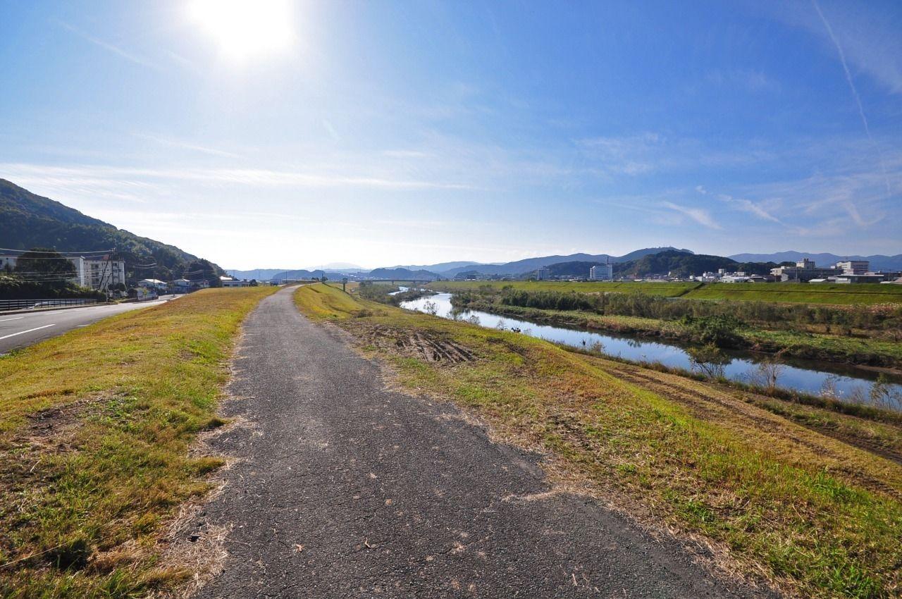 南の風ニュータウンを出るとすぐ堤防になっています。お散歩コースとして最適です。