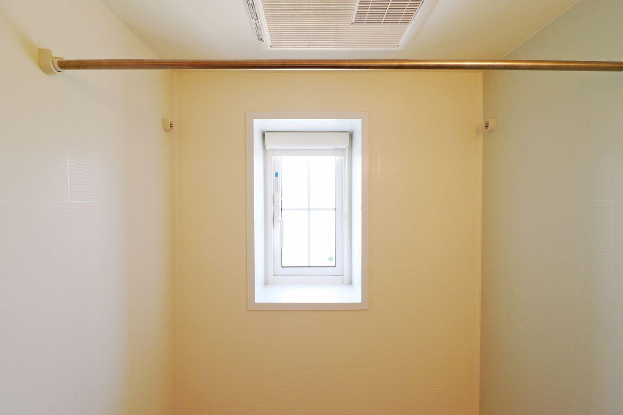湿気の多い浴室。窓だけでなく浴室乾燥機があるのは心強いですね。梅雨の時期のお洗濯物の悩みも同時に解決♪
