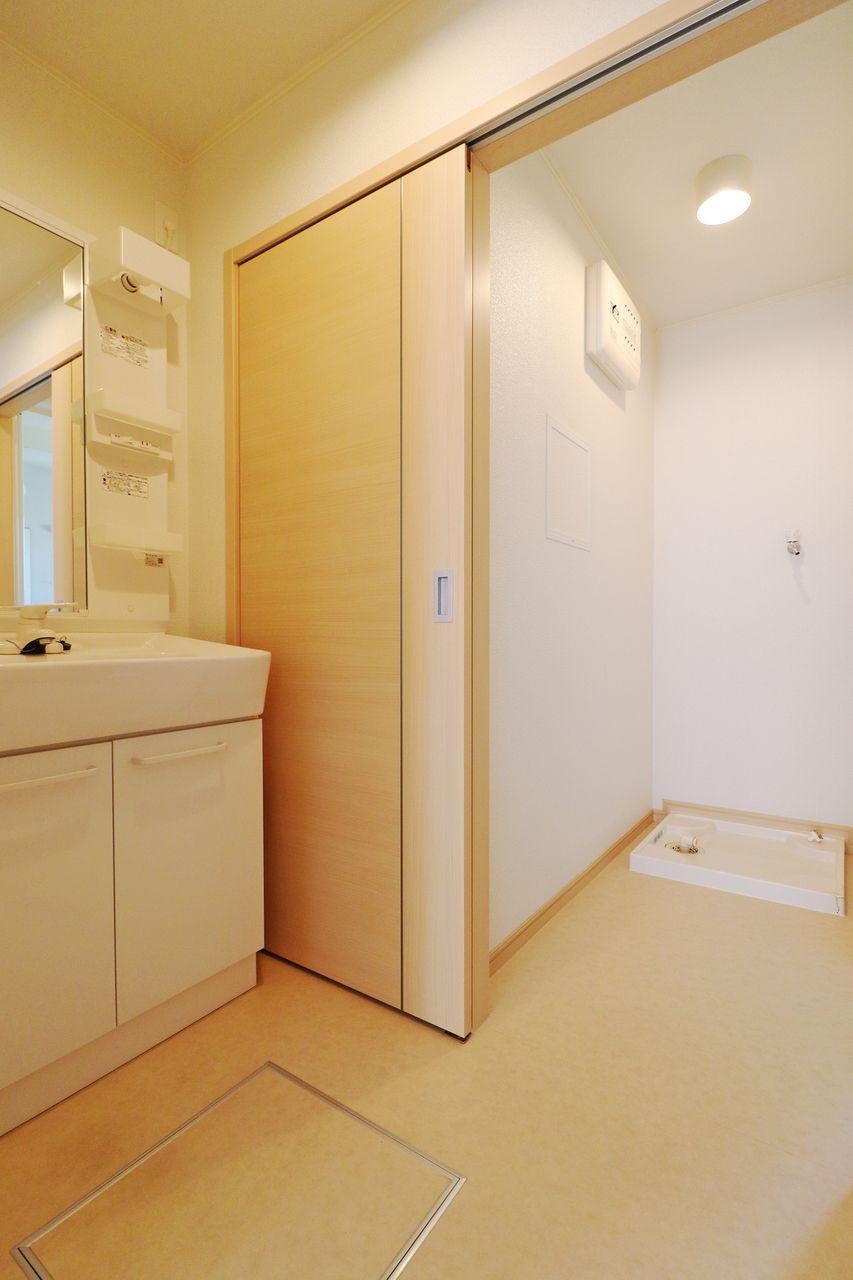 洗面スペースと脱衣スペースは仕切ることが出来るので、朝風呂派のせいで洗面台が使えないなんてこともありません。笑