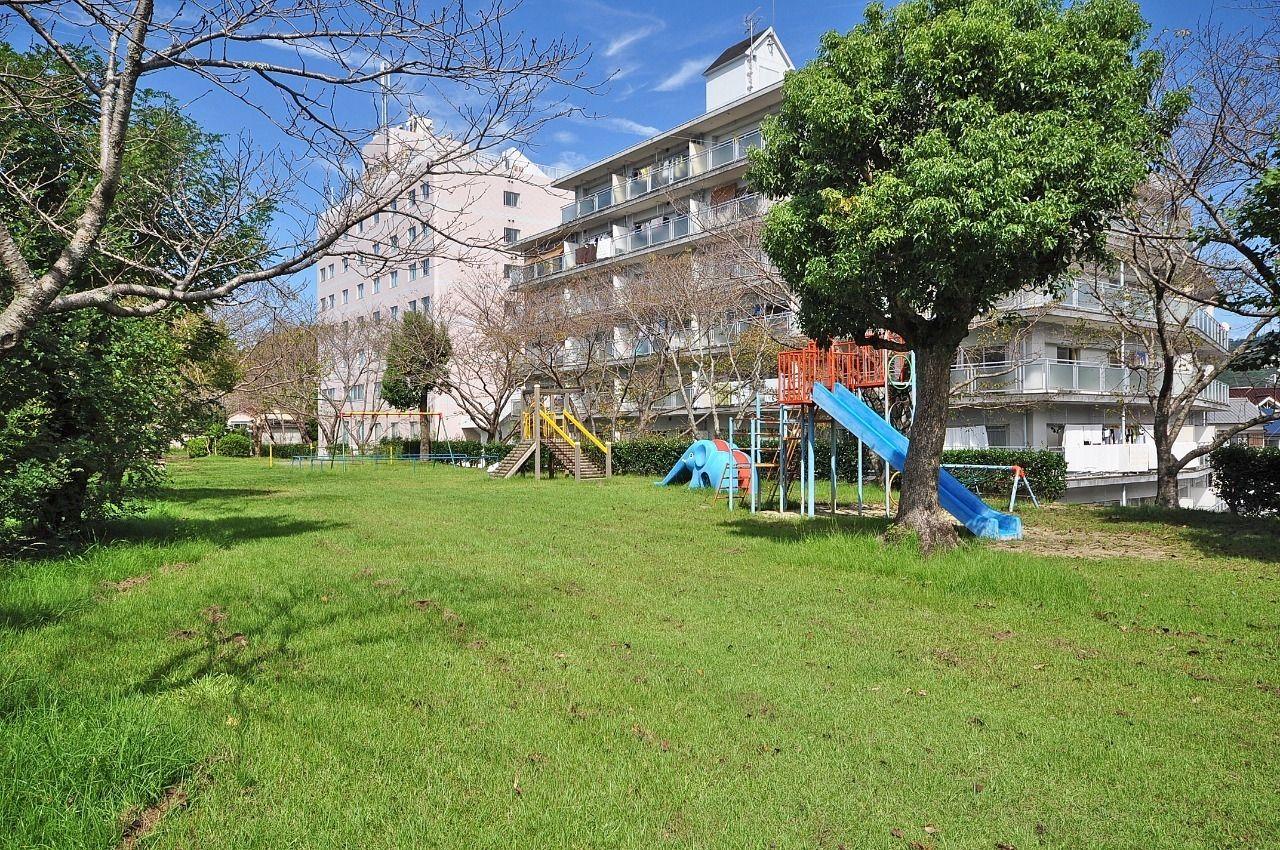 建物のすぐ近くに大きな公園があります。春には桜がキレイなので、子どもだけじゃなく、大人も楽しめる公園です。