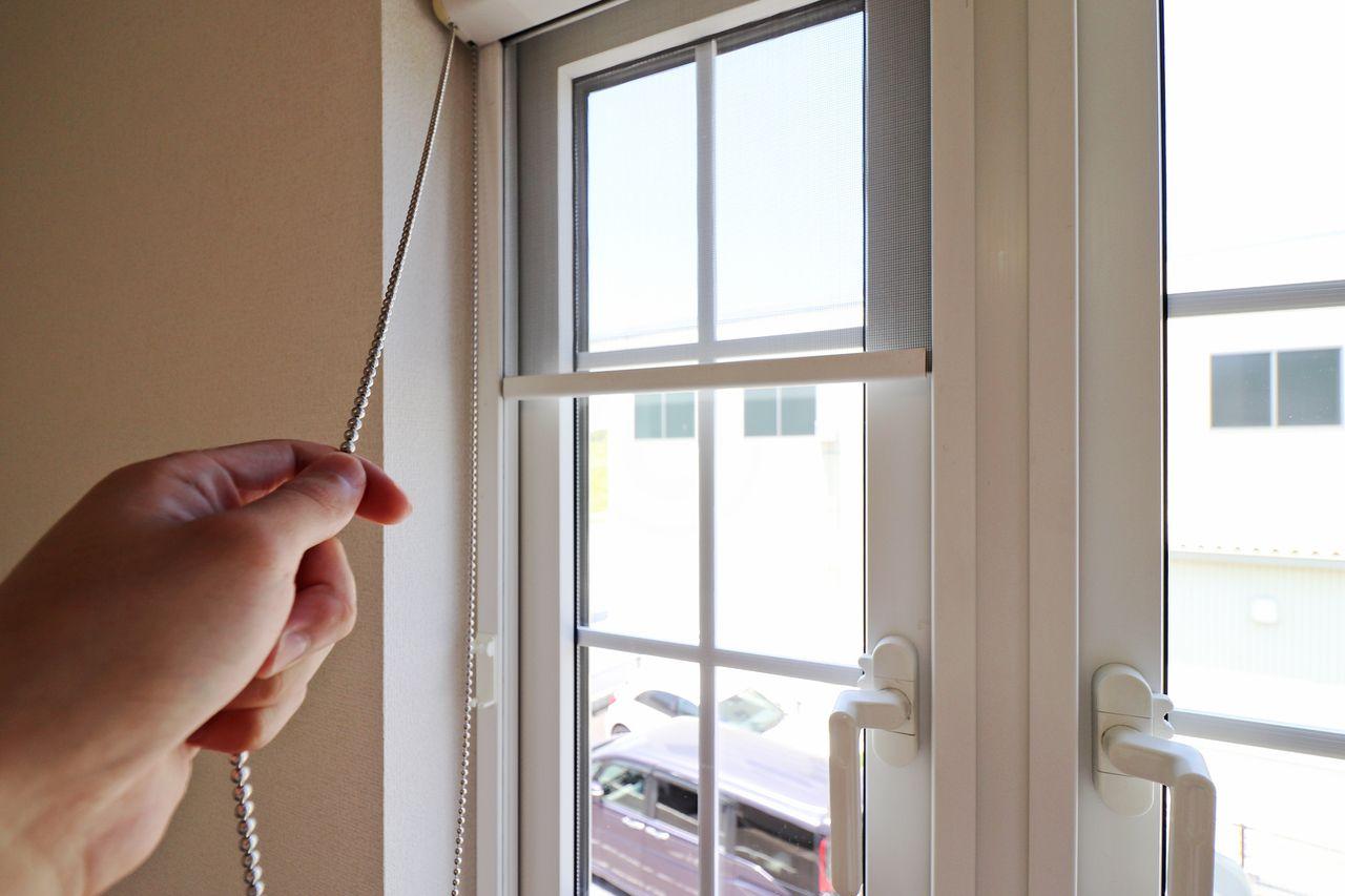 北側洋室の網戸はロールカーテン風。使い勝手の良い網戸です。