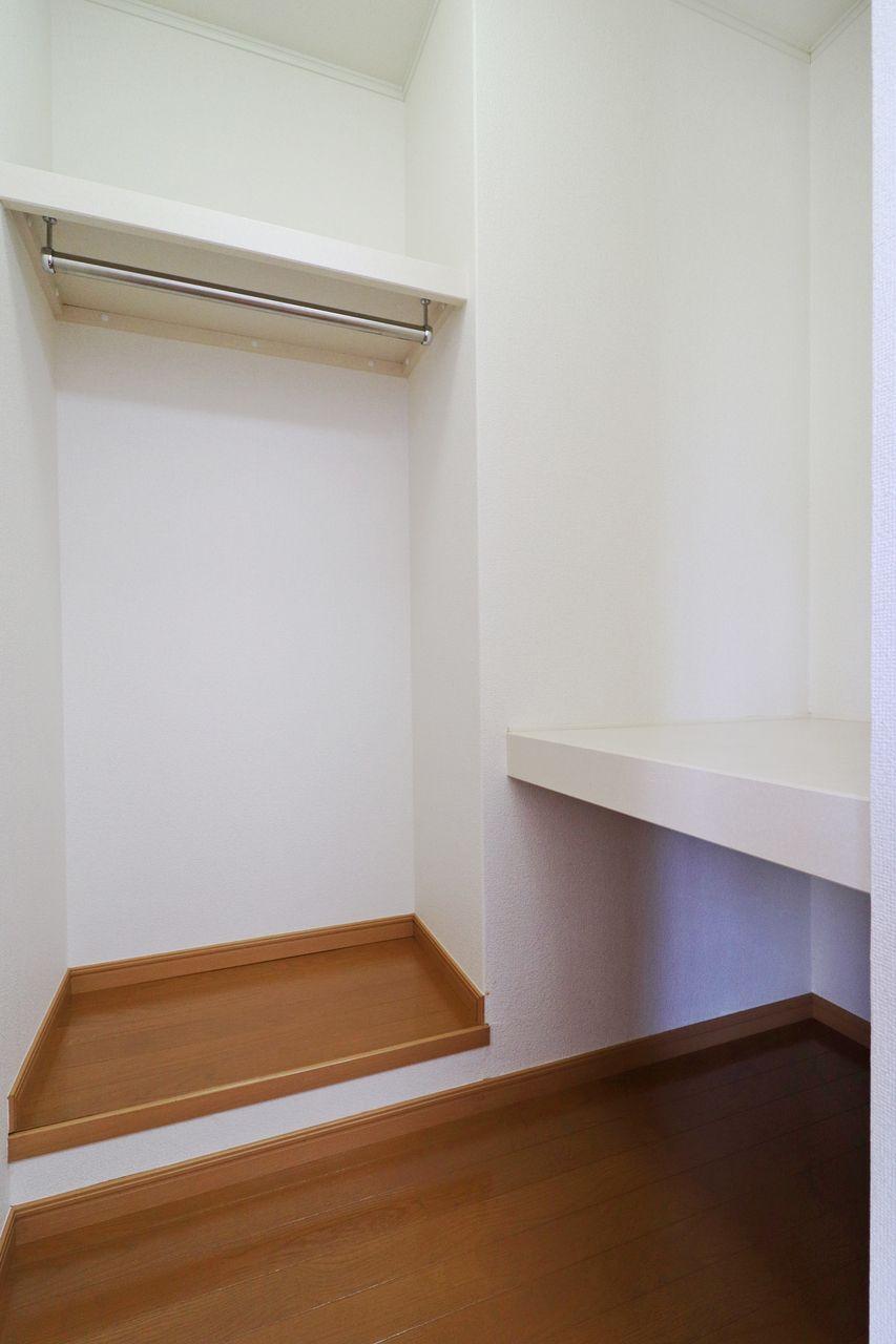高さの違う棚とクローゼット内の広さ。様々な収納に対応してくれそうです。