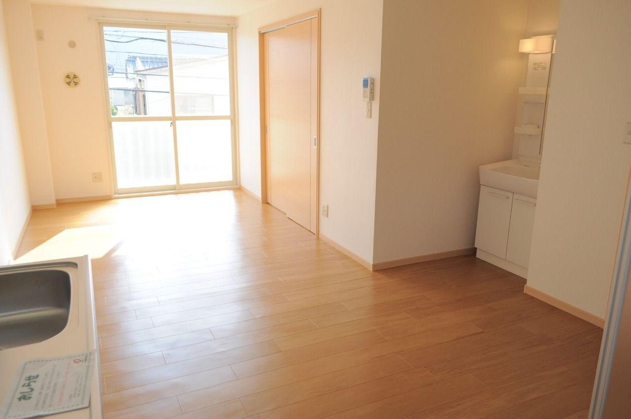 広々13.3畳のLDK。右手にある洋室を開け放してビッグワンルームとして使うのもアリですね。