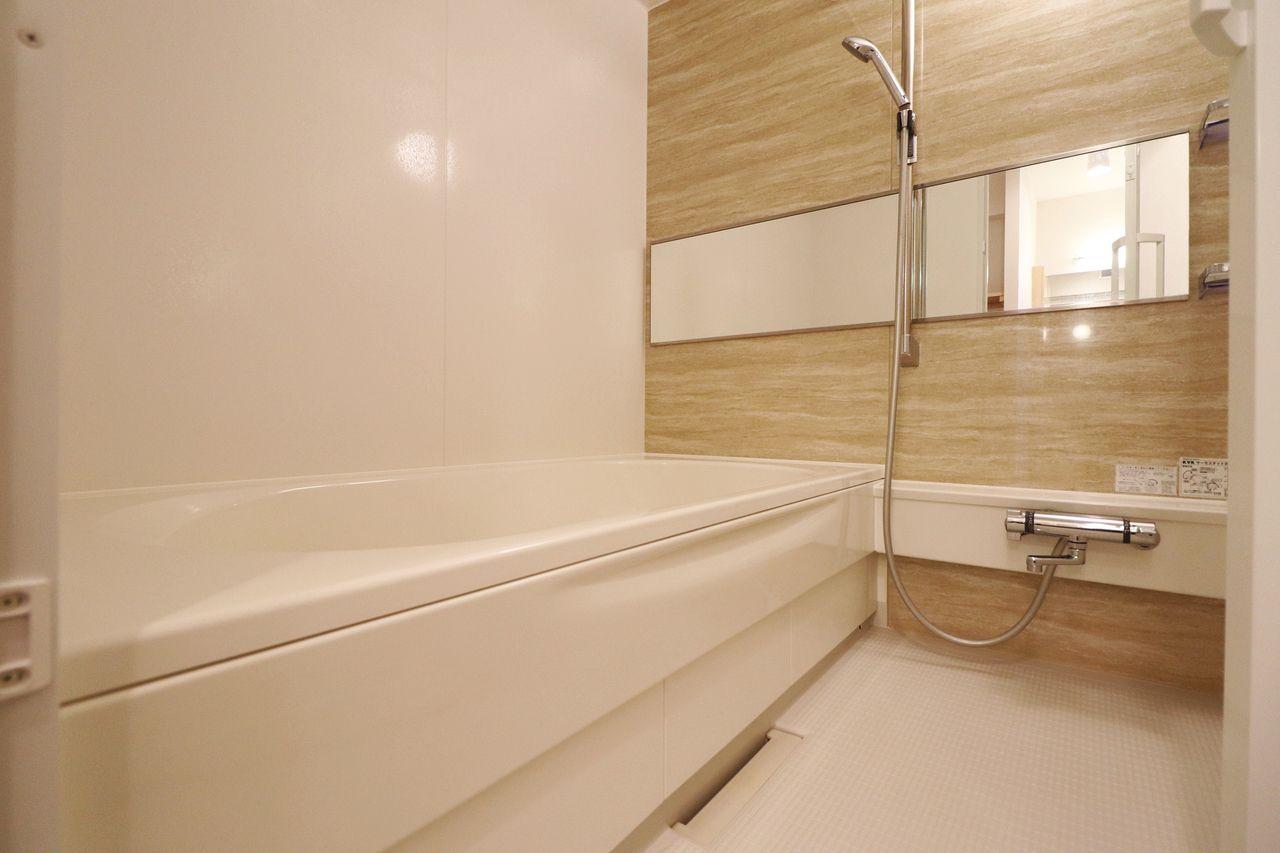 オシャレな横向きの鏡に、足を伸ばせるお風呂。一日の疲れをここでリフレッシュ。