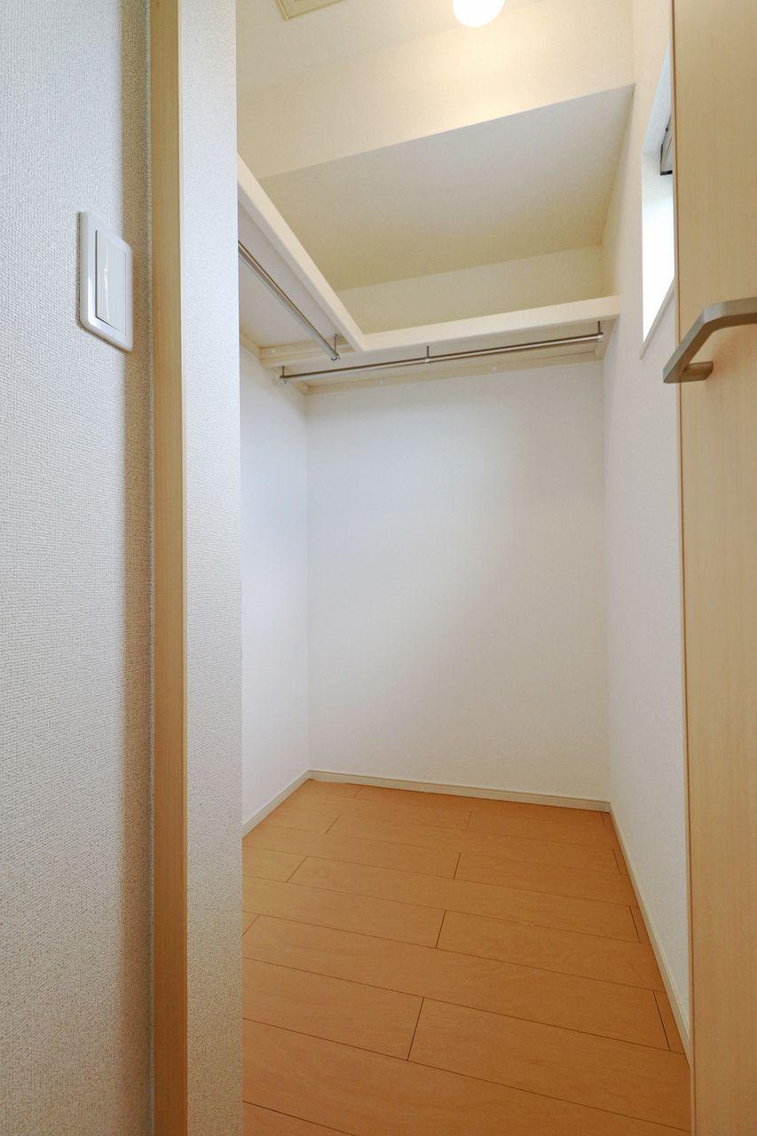 収納が何より大切!というお客様、結構いらっしゃいます。そんな方でも安心の広々としたウォークインクローゼットがあります。窓付きなので換気もできる優れもの♪