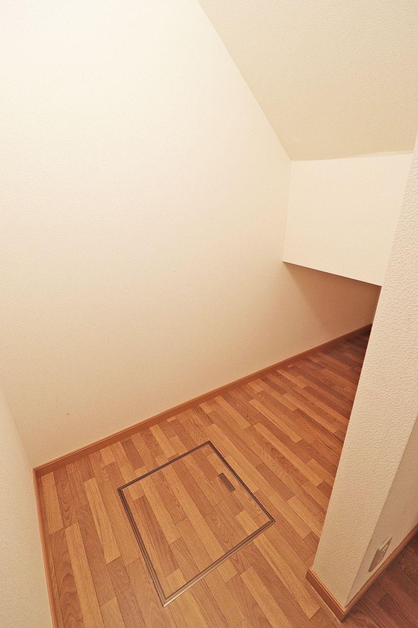 デッドスペースになりがちな階段下に収納があります。アウトドア派もインドア派も、有効に使っていただけるはず。