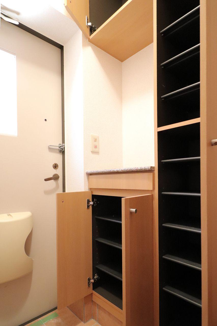 玄関には大容量のシューズボックスがあります。写真では切れていますが、上部にも収納できます。