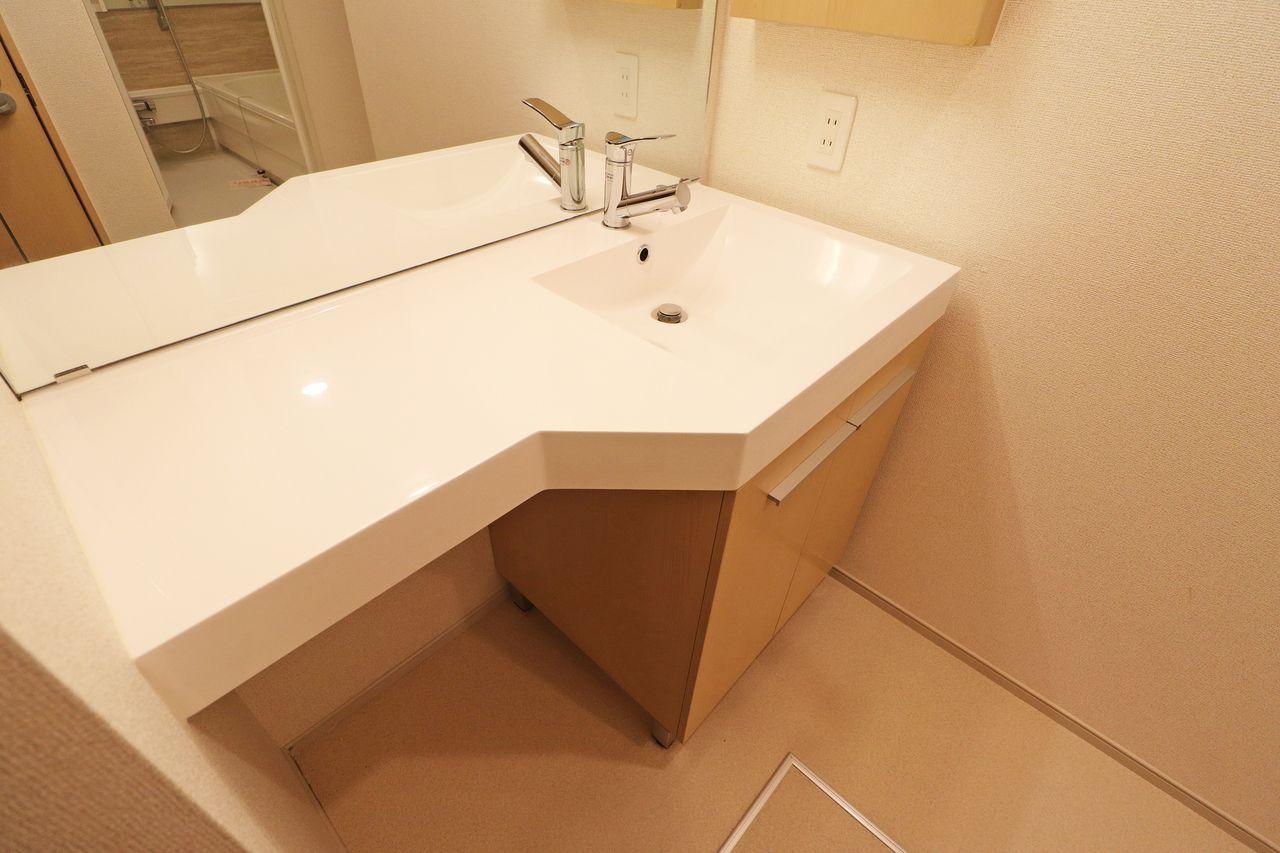 賃貸ではあまり見かけないホテルのような洗面台。広いスペースがあり、使いやすいと思いますよ。