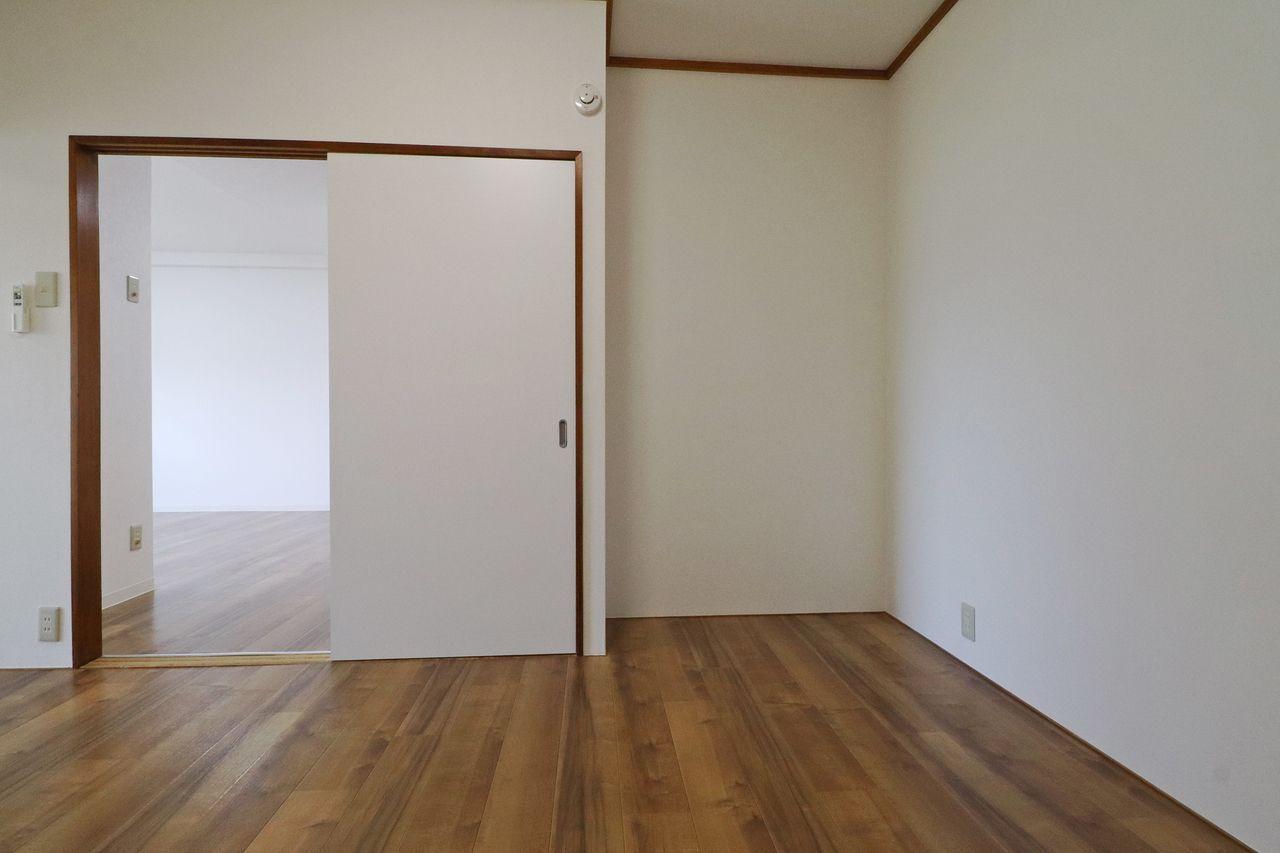 もともと和室で板の間だった入り口横のスペース、ちょうどリビングからも和室からも死角になるので、意外と使い勝手がいいんです!