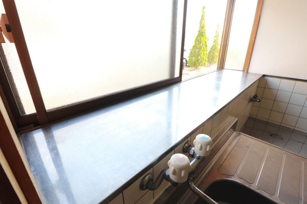 キッチンには調味料や調理器具などを置くスペースがあり、キッチン前には窓があります。換気をしっかり出来るのは嬉しいですよね。