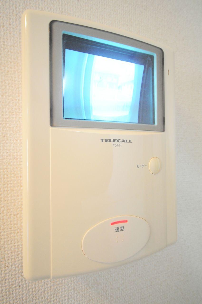 来訪者を画像で確認できる優秀な設備。玄関を開ける前に要件と顔を確認。これだけでも防犯対策になります。