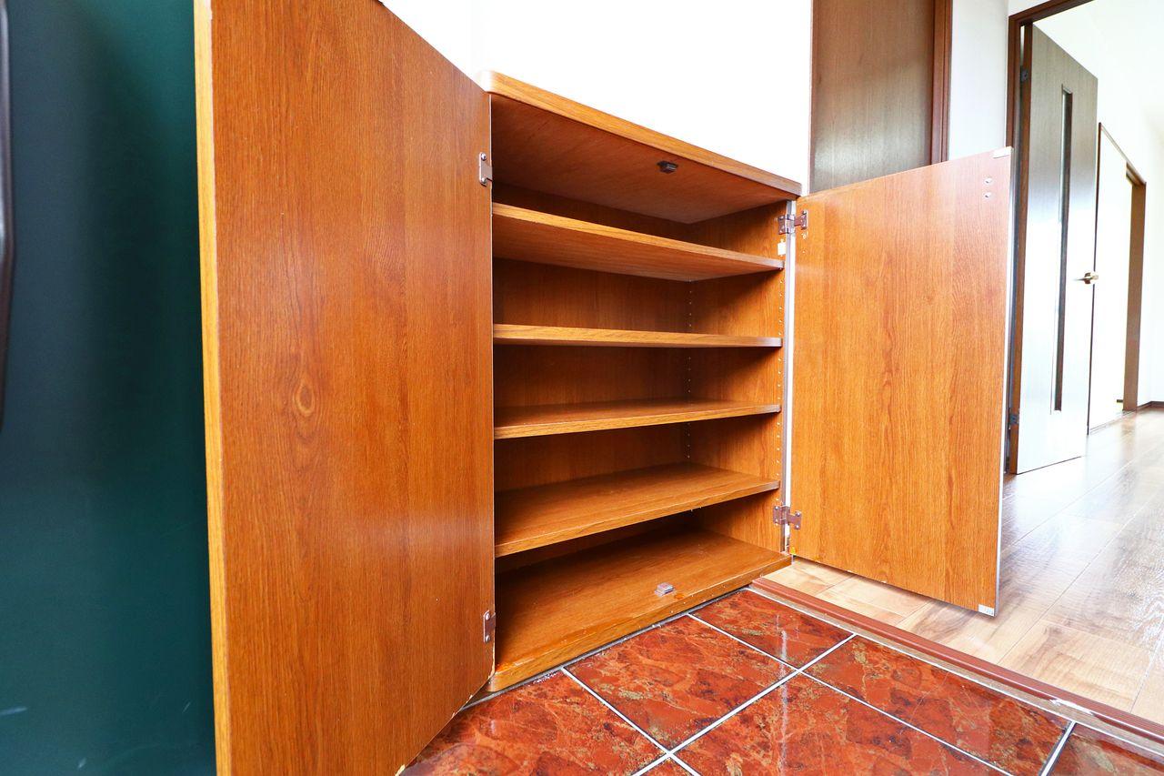 ごちゃごちゃしがちな玄関スペースにシューズボックスが設備として設置されています。