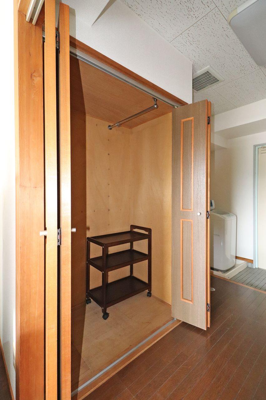 大きなクローゼットがあるので、となりの和洋室は収納を置かずとも良くなり目一杯使えます。