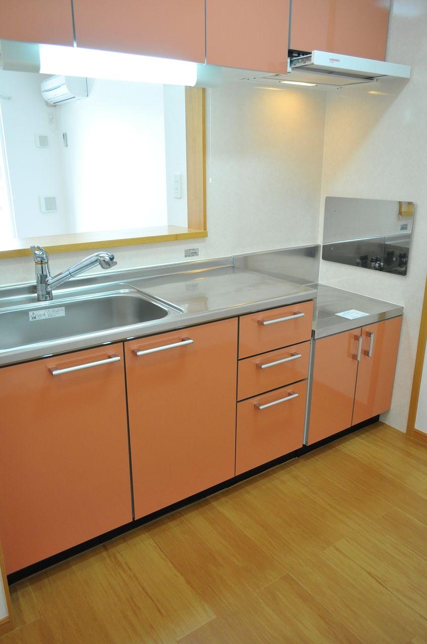 人気のカウンターキッチン、ピンク色なのが可愛らしいです。リビングの様子を伺いながら調理ができます。