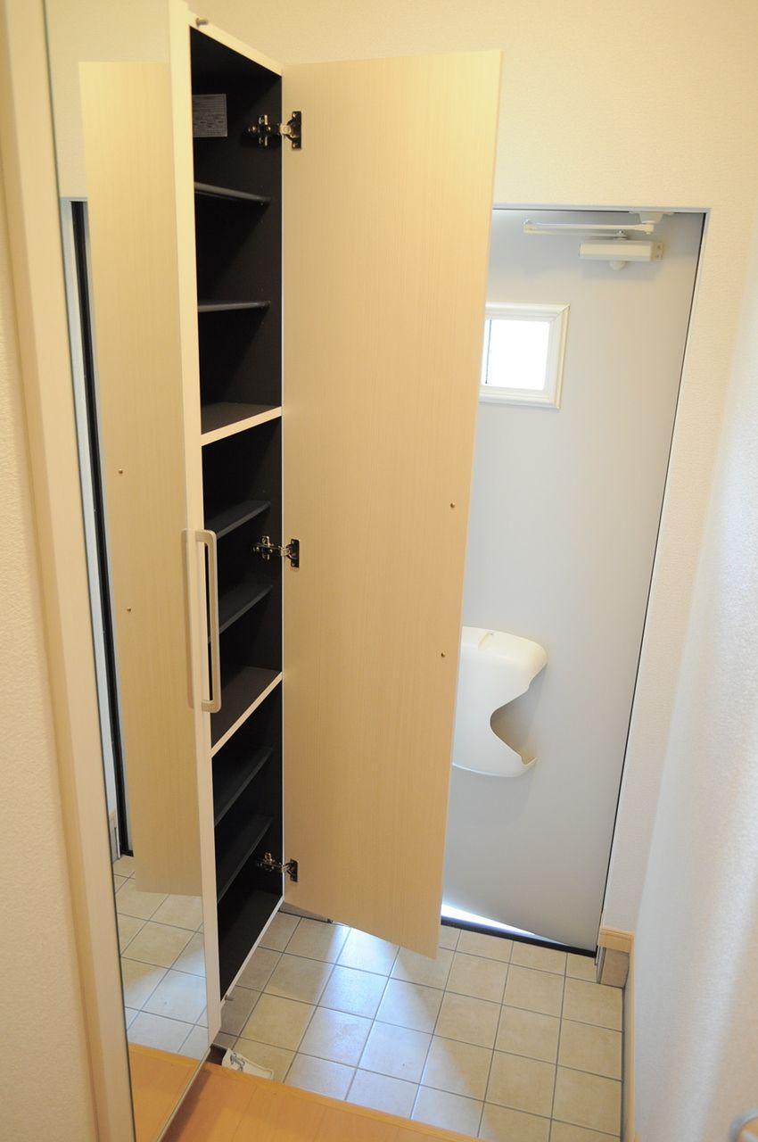 姿見付きのシューズボックスです。ごちゃごちゃしがちな玄関もこのシューズボックスがあれば安心です。