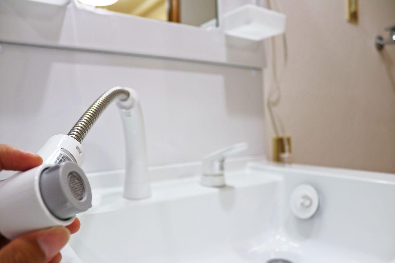 洗面台は新設されています。その白さをシャワーノズルで隅々まで流して綺麗に保ってやってください。