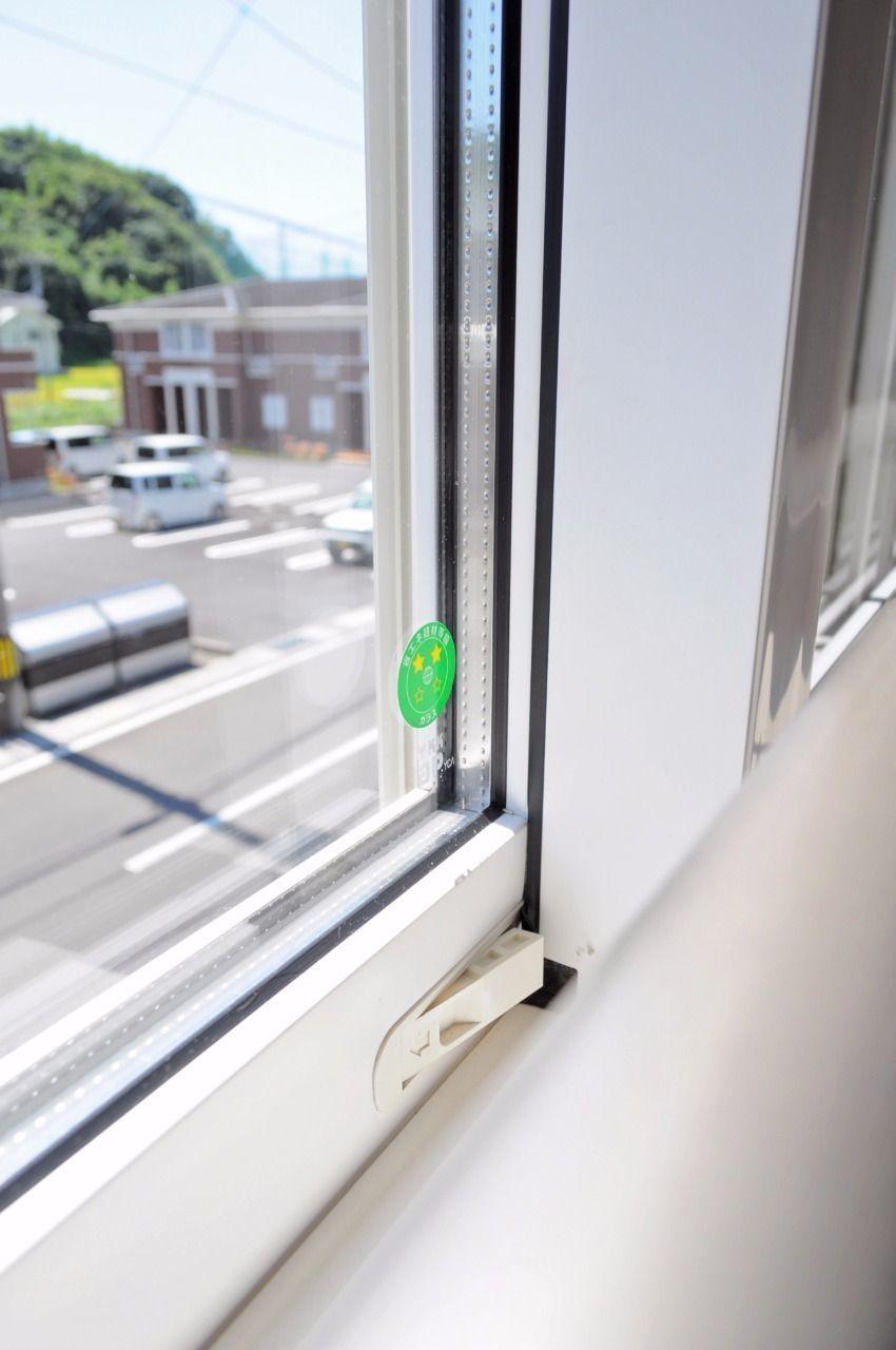 二層構造の窓ガラス。真冬でも暖房の温度設定を低めに設定したり、電力消費ピークの夏の昼間にエアコン使用を控えたり…といった